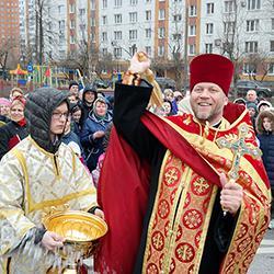 Крестный ход по Некрасовке в честь праздника Святых жен-мироносиц